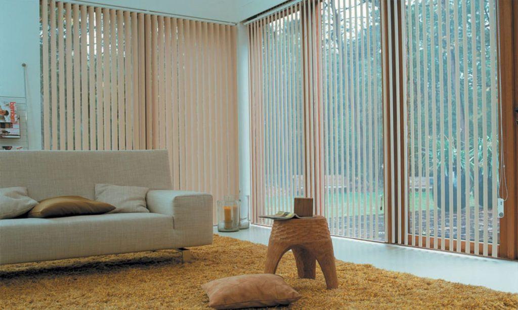 persianas verticales elegancia en la oficina